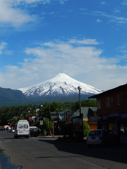 Las calles de Pucón con el volcán Villarrica