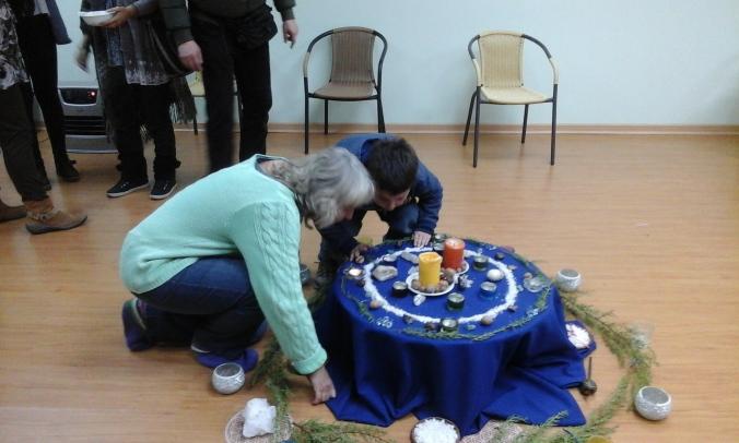 Al final, el pequeño Miguel feliz apagando las velas con Doris