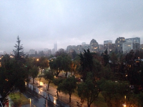 Al fin llueve en Santiago. Carolina nos manda esta foto desde su balcón ;)
